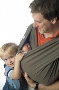 Vater mit Babytragetuch