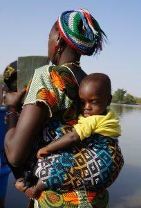 Frau mit Babyrückentrage